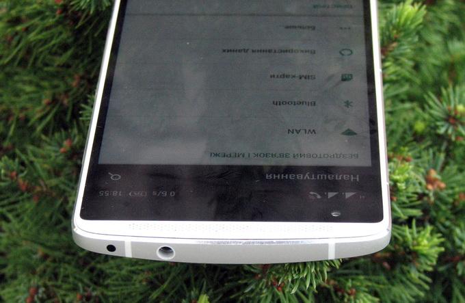 На верхней грани смартфона расположены ИК-порт и гнездо для подключения гарнитуры