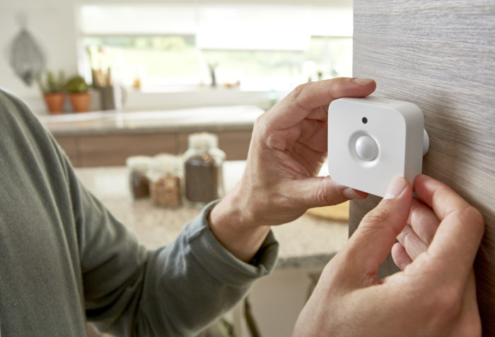 philips-hue-motion-sensor-attaching-to-wall-1