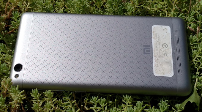 Тыльная панель смартфона выполнена из аннодированного алюминия с ромбовидным узором