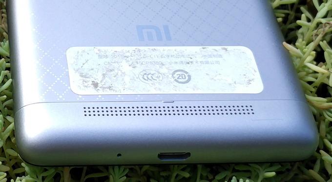 В нижней пластмаоссовой вставке размещен microUSB-порт и основной микрофон, также в нижней части тыльной панели расположен динамик для «громкоговорительного» режима