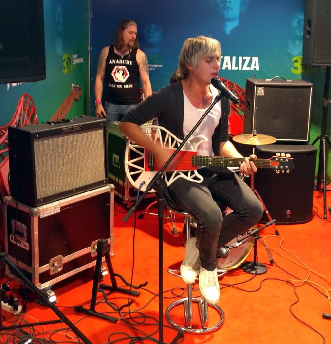 Группа Fontaliza исполнила несколько композиций, используя гитару, изготовленную с помощью трехмерной печати