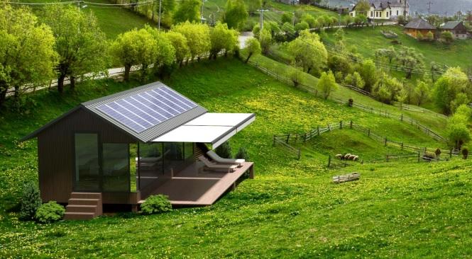 На крыше установлены солнечные панели, которые генерируют электричество для освещения, обогрева и работы бытовых приборов