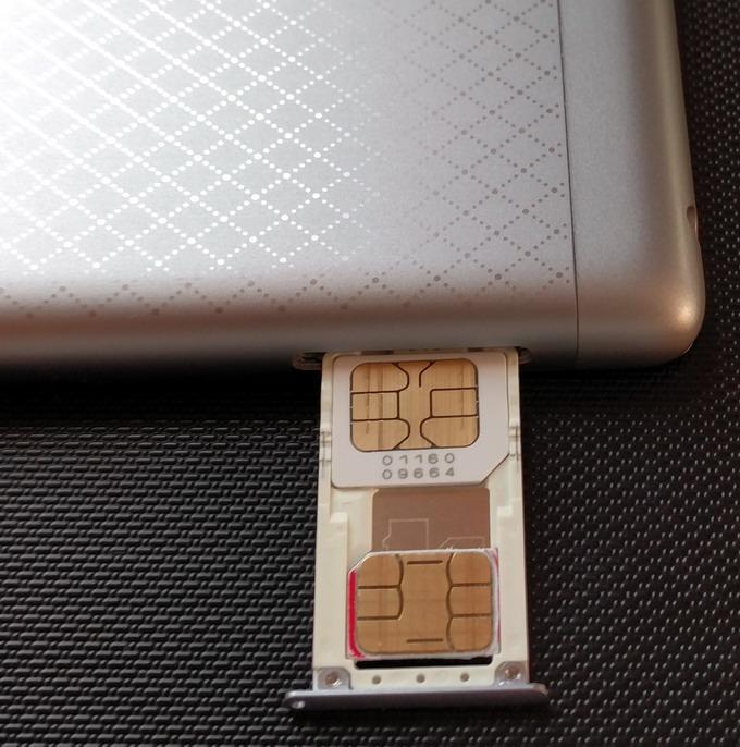 Модель Redmi 3 содержит два слота: для карт Micro-R-UIM и Nano-SIM. Вместо последней можно установить карту памяти SD до 128 ГБ