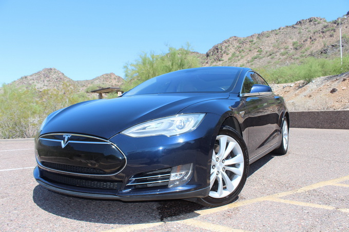Tesla Model S после 100 тысяч миль пробега на 19-дюймовых дисках Cyclone
