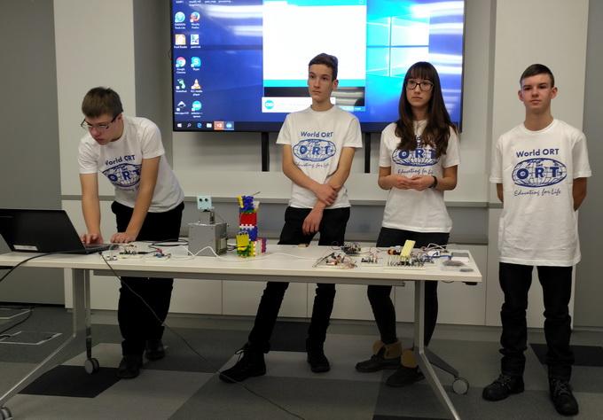 Учні однієї з українських шкіл презентують свої розробки в галузі Інтернету речей в рамках проекту «Школа SMART»