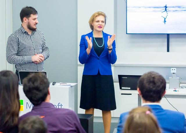 Роман Рудюк (ліворуч) та Надія Васильєва (в центрі) на презентації інноваційного проекту «Школа SMART»