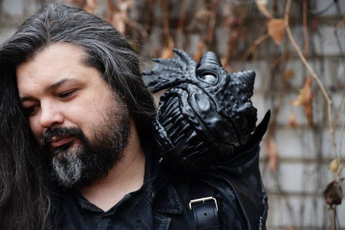 Dragon Backpack четвёртой версии, на плече мастера Сергея Петрова. Фото: FaceBook-страница Bob Basset