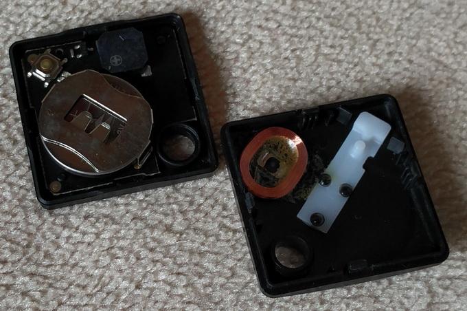 Корпус устройство легко разбирается для замены батарейки