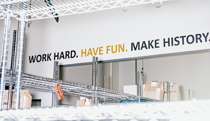 Один із слоганів компанії в хабі Prime Now: «Працюй сумлінно. Отримуй задоволення. Твори історію.»