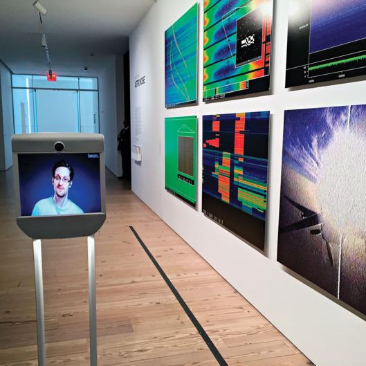 Сноуден на выставке Astro Noise