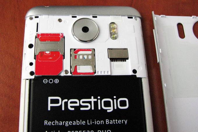 Чтобы добраться до SIM-карт, необходимо снять заднюю крышку и вытащить батарею