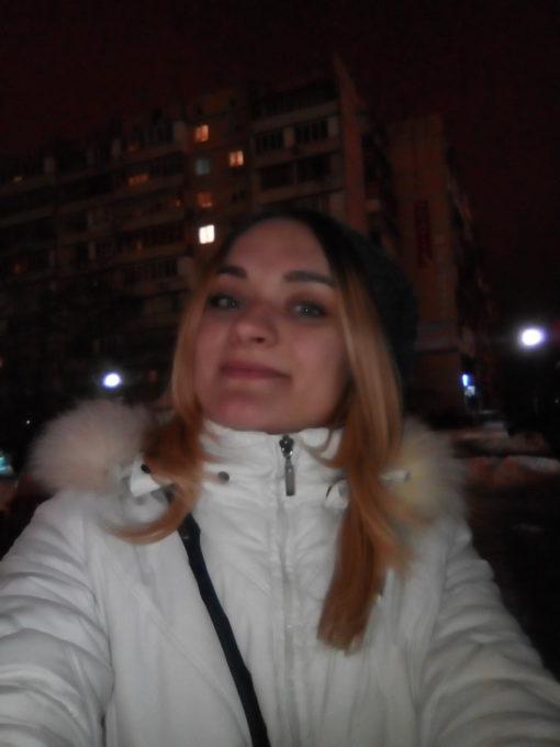 Образец фотоснимка селфи-камеры, выполненный в ночное время с использованием фронтальной светодиодной вспышки