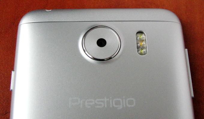 Подчёркнуто широкий объектив основной камеры удачно украшает монотонную заднюю панель