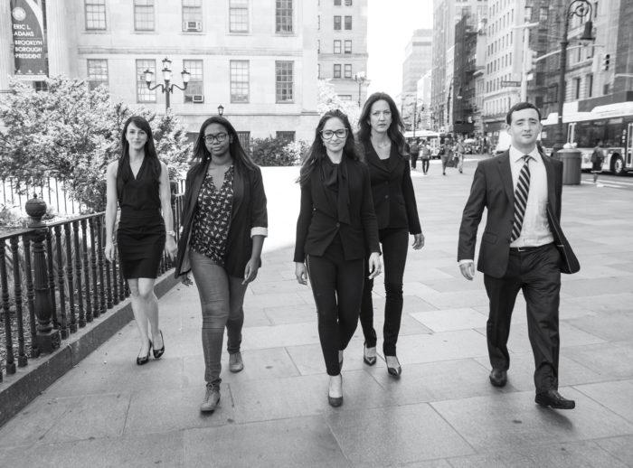 Керри Голдберг (по центру) и ее коллеги из юридической фирмы C. A. Goldberg, расположенная в Бруклине, Нью-Йорк, США