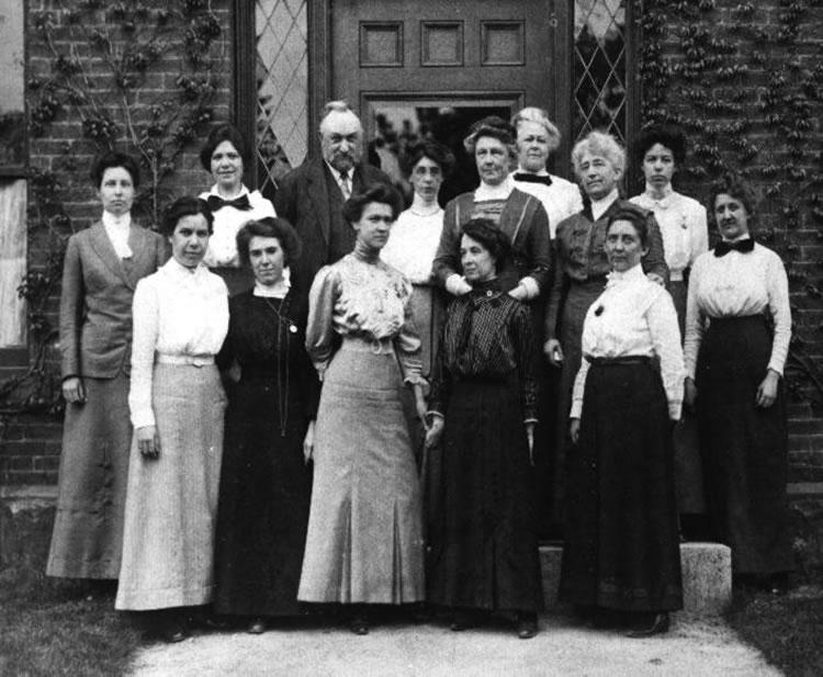 Пікерінг та його жінки: співробітниці, студентки. Фото зроблено біля нової, вогнетривкої будівлі обсерваторії з цегли. 1913 р. Джерело: http://astro.hopkinsschools.org