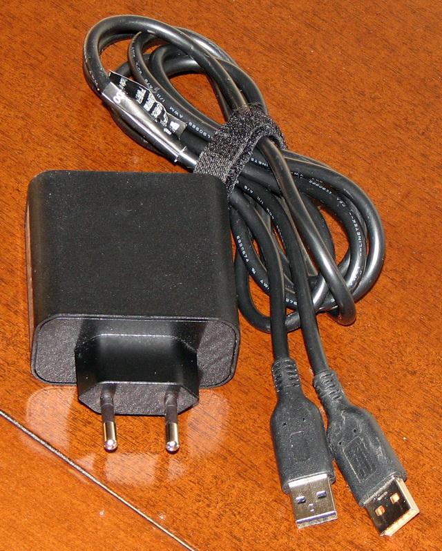 Судя по толщине кабеля сетевого адаптера, он способен выдержать нагрузку как минимум 1 КВт. Притом что ультрабук потребляет не более 50 Вт/ч. Избыточный запас по прочности увеличивает общий вес конструкции