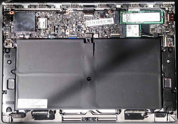 Yoga 900S со снятой задней крышкой. Всю поверхность под клавиатурой занимает аккумулятор, в верхней части находится вычислительный блок
