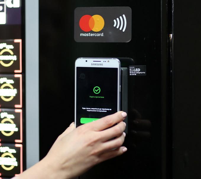 Оплата напою за допомогою безконтактного цифрового гаманця у вендинговому апараті