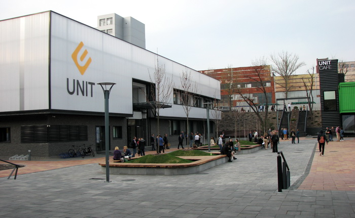 Будівля UNIT Factory. Поки що заклад працює в півсили
