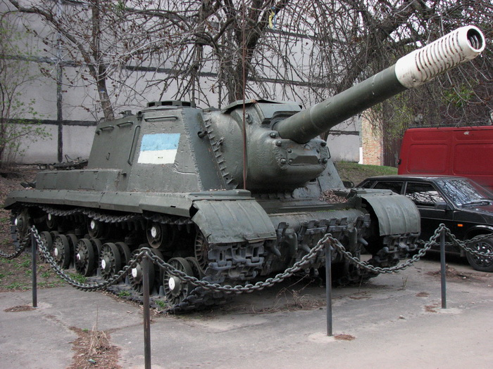 Якимсь дивом на територію заводу потрапив навіть такий експонат, як радянська самохідна установка СУ-152