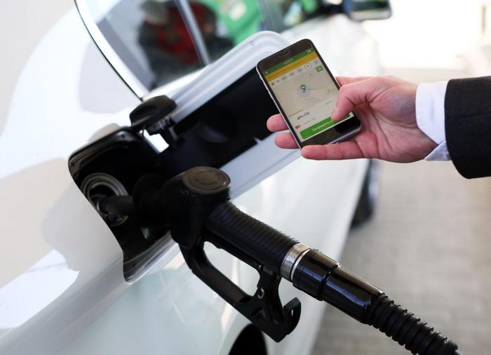 В приложении нужно выбрать заправку, номер колонки, от которой будет заправляться авто, а также вид топлива и количество литров