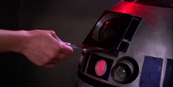 Принцесса Лея прячет диск в дисковод робота R2-D2 в фильме «Новая надежда»