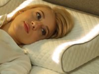 «Розумна» подушка вмикає світло та грає музику, щоб допомогти прокинутися