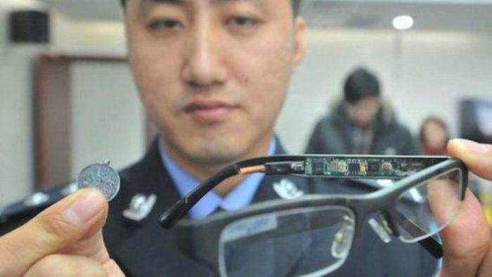 Один із прикладів шпигунського обладнання конфіскованого у школярів на іспиті