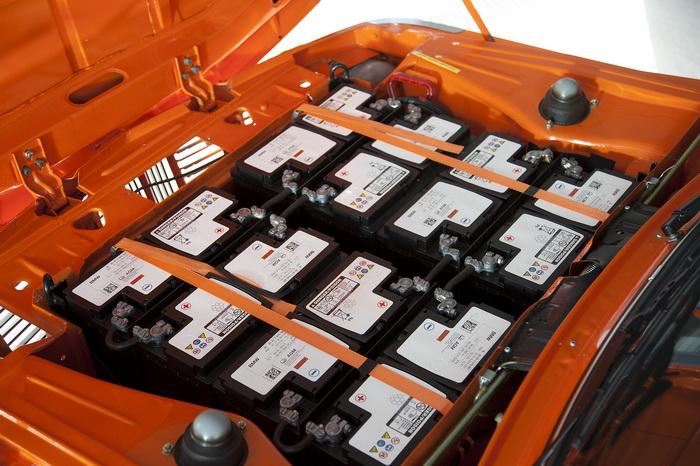 Батареи занимали всё подкапотное пространство, их ёмкость составляла 12,6 кВт-ч, вес — 350 кг. Батареи обеспечивали пробег 30-60 км