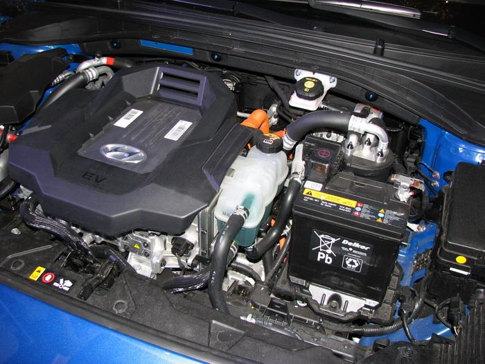 Свинцово-кислотный аккумулятор — по- прежнему неотъемлемый элемент автомобиля, несмотря на мощные ионно-литиевые батареи под кузовом. Такой аккумулятор используется для фар, аварийной сигнализации, габаритных огней