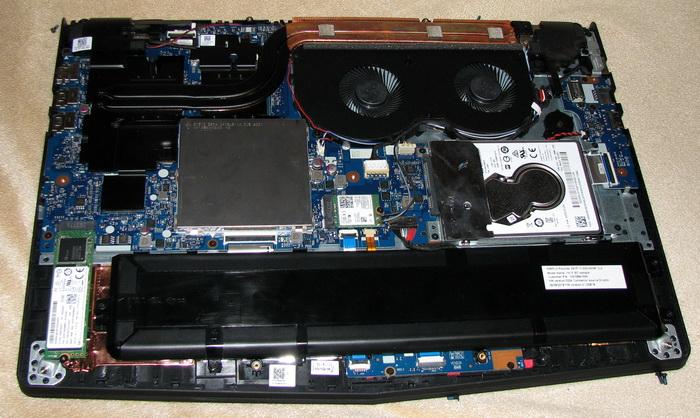 Legion Y520 со снятой задней крышкой: слева расположен SSD-накопитель с форм-фактором М.2, по центру —процессор, справа — обычный жёсткий диск. Возле процессора расположен блок из двух вентиляторов и медных трубок для теплоотвода