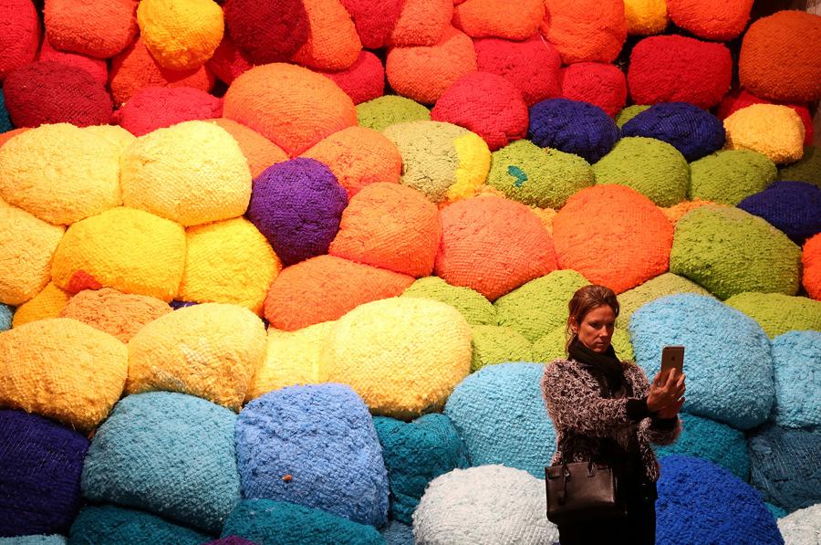Современные посетители галерей чаще стоят спиной к искусству, чем лицом. Фото с Венецианской биеннале