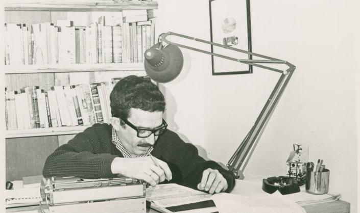 Маркес працює над чернеткою роману, 1965 р. Фото з онлайн-виставки Центру Гарі Ренсома