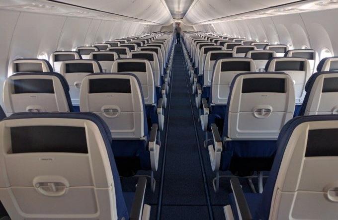 В самолётах бюджетных авиалиний нет салона бизнес-класса, а в общем салоне пассажирские кресла расположены более плотно. Чтобы не причинять дискомфорт для пассажиров, авиакомпании идут на различные ухищрения. Например, Southwest airlines перенесла карманы в спинках кресла в верхнюю часть, чтобы оставить больше места для ног