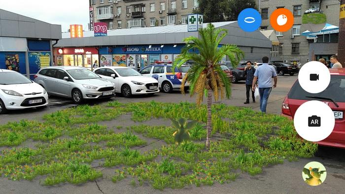 Пальма і трава на асфальті виглядають реалістично, хоча існують тільки у віртуальному світі