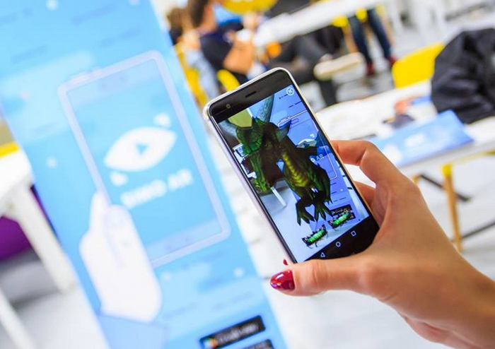 Simo AR дозволяє відтворювати на смартфоні будь-яке відео чи анімацію (в тому числі — в 3D), після фокусування камерою на певному малюнку, що грає роль QR-коду