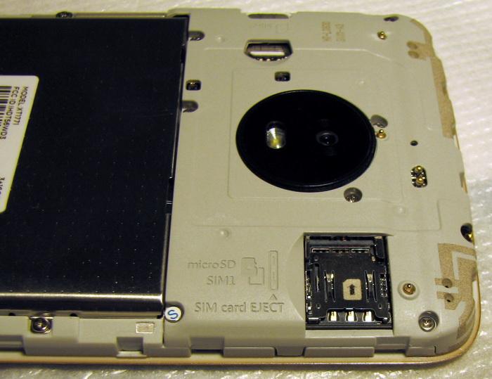 Перевага Moto E4 Plus — окремий слот під картку MicroSD