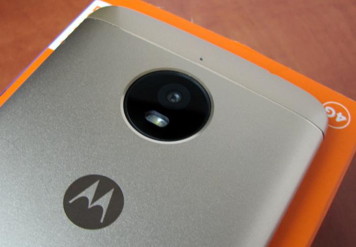Модуль основної камери разом зі світлодіодним спалахом виділені в окремий круглий елемент, який вдало поєднується з розташованим нижче логотипом MOTO