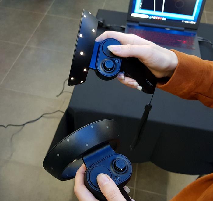 Кожний контролер руху оснащений двома кнопками для керування програмними додатками, та світлодіодним кільцем, завдяки яким шолом через відеокамери відстежує їх місцезнаходження
