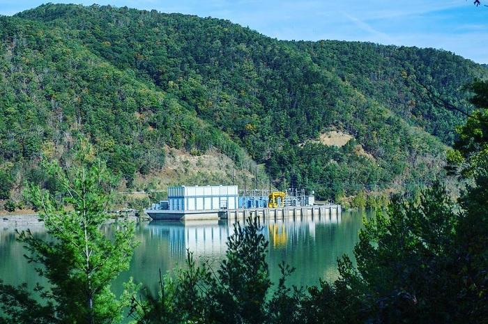 Гідроакумулююча станція для зберігання електроенергії в окрузі Бат, штат Вірджинія, США, має 6 енергоблоків, які здатні генерувати 3003 МВт електроенергії. Кожну хвилину через турбіну проходить більше 50 млн л води. Станція була побудована у 1985 р., Dominion Energy стверджує, що це найбільше в світі спорудження для зберігання електроенергії