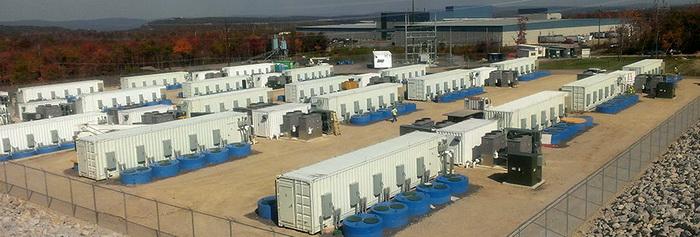 Рис. Енергосховище на базі інерційних механізмів потужністю 20 МВт, побудоване компанією Beacon у 2014 році в місті Хейзел в Пенсільванії. Споруда містить 200 інерційних механізмів