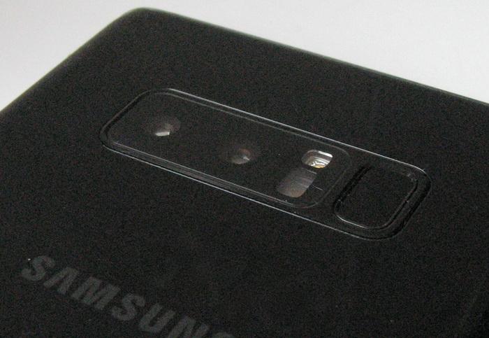 Сканер відбитків пальців розташований поруч з камерами, що не дуже зручно