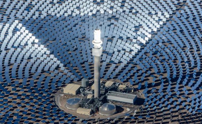 Станція Crested Dunes в Тонопа, штат Невада, має заявлену потужність в 110 МВт і здатна виробляти електрику протягом 10 годин за рахунок енергосховища