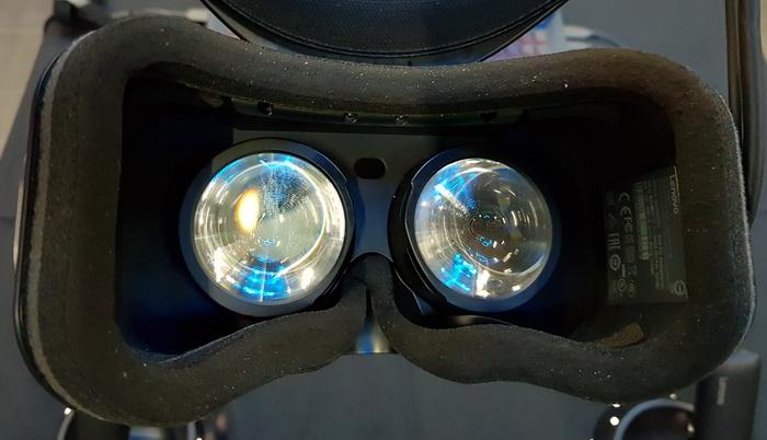 Окуляри з парою лінз коригують зображення з LCD-дисплею. Відстань між окулярами в шоломі не змінюється