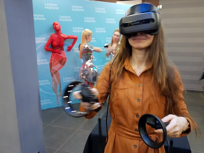 Під час гри у віртуальній реальності геймер може активно розмахувати руками. Тому людям, що можуть бути поруч, треба бути обережними