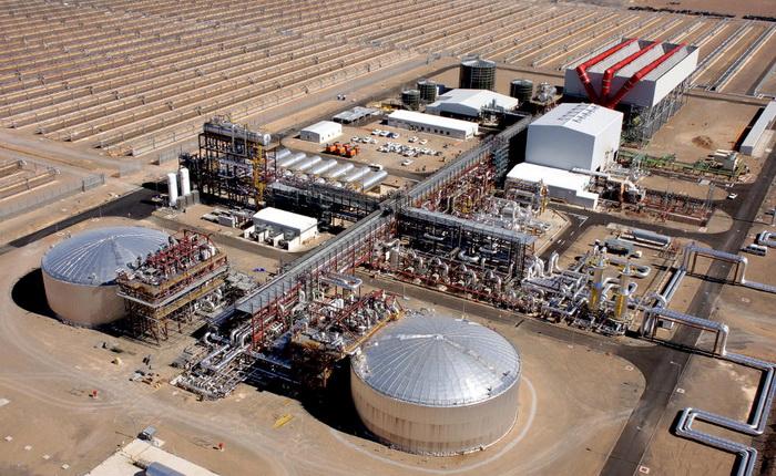 Завод KaXu Solar One у Пофадері, Південна Африка, був побудований іспанською компанією Abengoa Solar. Він має потужність 100 МВт і здатний генерувати електроенергію протягом 2,5 годин після настання темряви, завдяки енергосховищу з розплавленої солі