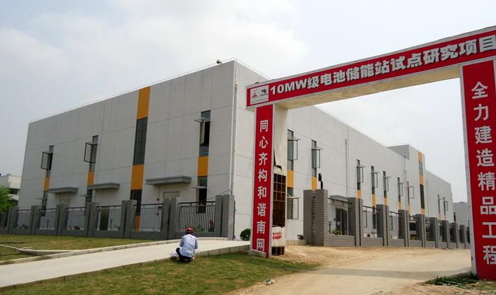 Один з перших акумуляторних банків, створених для китайської південної енергосистеми. Батареї, розміщені в цьому приміщенні, є залізо фосфатними (не літій-іонними). Система має потужність 10 МВт / 40 МВт-г, і була побудована для вирівнювання навантаження під час піків споживання