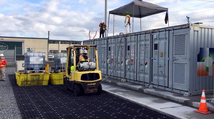 Наповнення контейнерів від UniEnergy Technologies ванадієвим розчином для акумуляторного комплексу потужністю 2 МВт, 8 МВт-г, що розташований в штаті Вашингтон