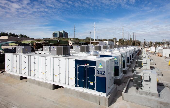 Літій-іонна установка від AES Energy Storage на сьогодні є найбільшою в світі, її потужність дорівнює 30 МВт / 120 МВт-г