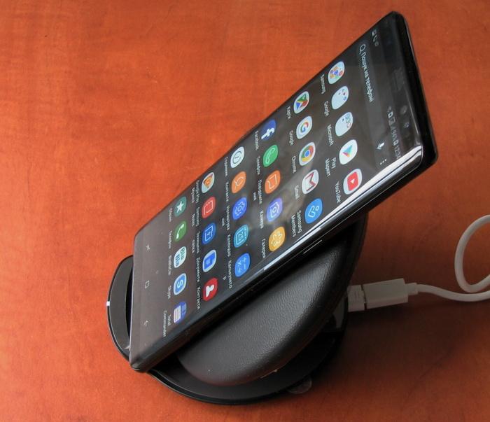 На бездротовий зарядний пристрій смартфон можна поставити хоч вертикально, хоч горизонтально, головне — екраном назовні